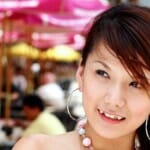 Fiatal japán lány divatosan átalakított szemfoggal. /Kép: Shoryuken.com/