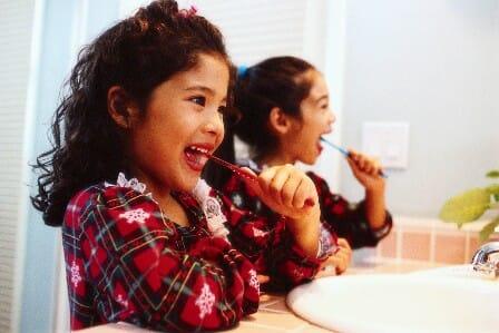 Együtt könnyebb! - Ha több gyermek van a családban, ragaszkodjunk hozzá, hogy közösen mossanak fogat, ez mókásabbá és változatosabbá teszi a rutint.