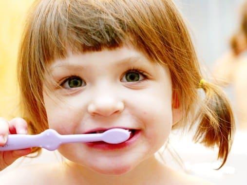 A fogak tisztán tartására a szülőnek kell rászoktatni a gyermeket.