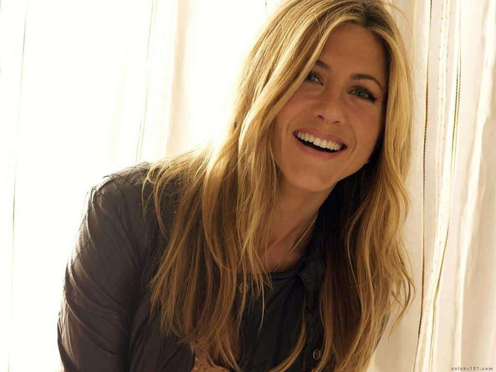Jennifer Aniston legtöbbször filmszerepeiben is vidám, mosolygós személyiséget alakít. (Kép: hdwallpapermania.com)