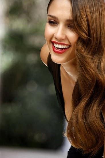 Jessica Alba fiatalos, egészséges mosolya vonzza a férfiak tekintetét. (Kép: Manypicture.com)