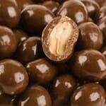 A csoki bevonat lefejtése a mogyoróról precíz izommunkát igényel. /Kép: Gkifoods.com/