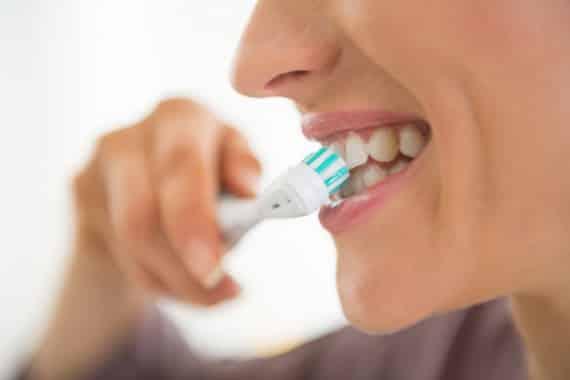 Az üreges kialakítású elektromos fogkefe fejeken 3000-szer több baktérium szaporodhat el, mint a tömör fejeken. /Kép: Sciencedaily.com/