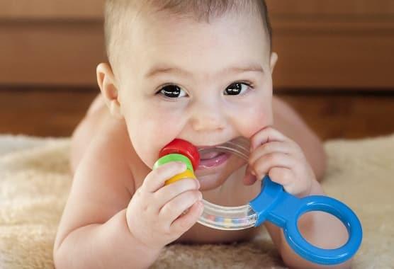 Számos otthoni praktikával enyhíthetjük a babák fogzási panaszait. /Kép: Pavla Zakova/