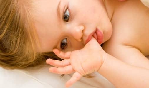 Az ujjszopás néhány hónapos kortól akár 5-6 éves korig is elhúzódhat. /Kép: Baby-recipes.com/