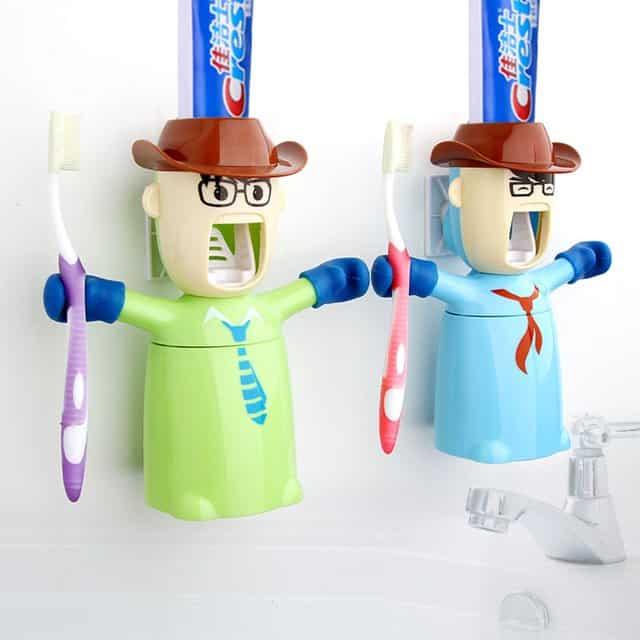 Figurális fogkefe tartó és fogkrém adagoló egyben.