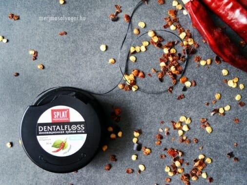 A SPLAT chilis fogselyem szála fekete, viaszolt és lapított, könnyen boldogulunk vele a fogközökben.