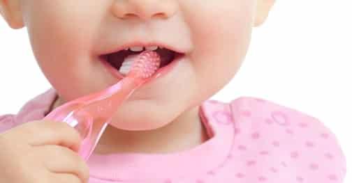 A gyermekkori fogszuvasodás megelőzésének fontos lépése a megfelelő szájhigiénia, már az 1. tejfog megjelenésétől.