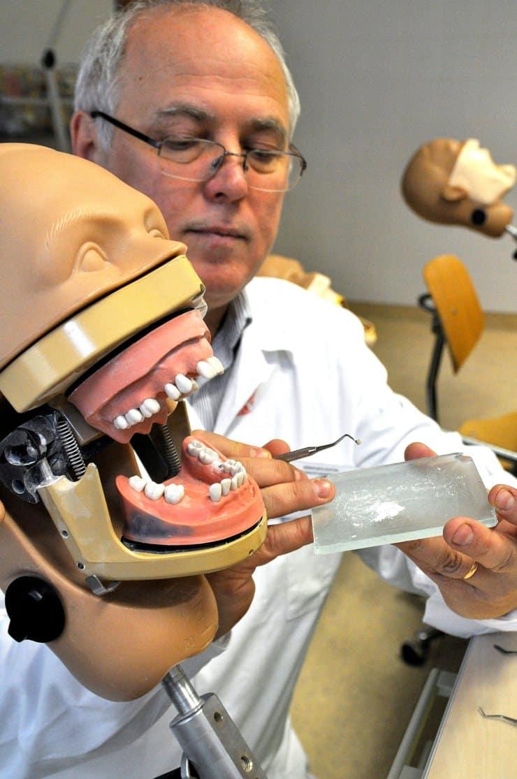 Dobó-Nagy Csaba tanszékvezető töm be egy fogat egy műfejen a Semmelweis Egyetem Orális Diagnosztikai Tanszék Anyagtudományi Kutatóközpontjának oktatótermében. /Kép: MTI, Balaton József/