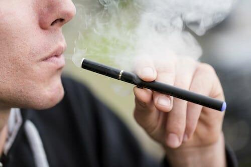Az e-cigaretták is károsak a szájüregnek