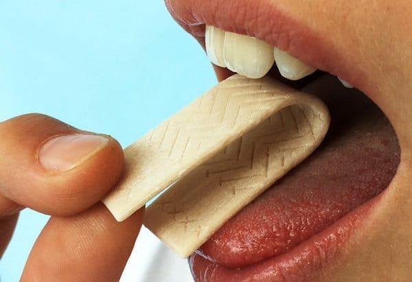 A speciális rágógumi kesernyés ízzel jelzi a fogágybetegséget. /Kép: Julius-Maximilians Egyetem/